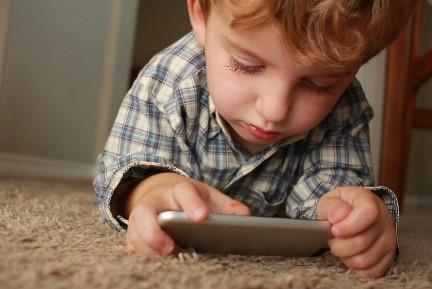 Entre mãos e ecrãs: Práticas de qualidade no jardim de infância