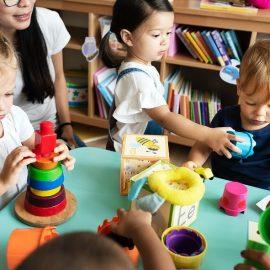 O pequeno e o grande grupo, a exploração livre e os momentos estimulantes em creche: Um jogo de equilíbrios